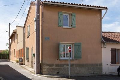 Vue de la maison depuis la place de l'Ormeau à Muret OX