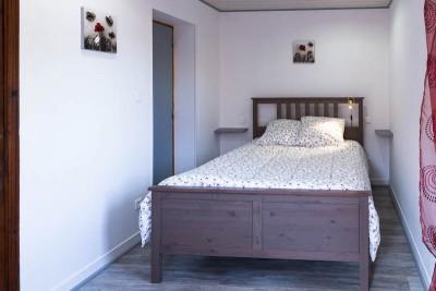 Nouvelle vue de la chambre et du lit en 140 cm