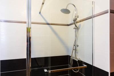 Vue intérieure de la douche à l'italienne